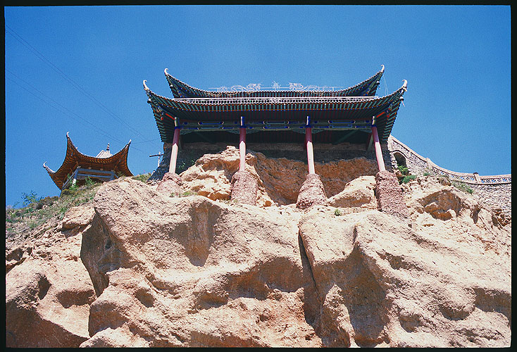 History on the clifftop: Linxia to Lanzhou, Gansu, People's Republic of China ; Buildings.