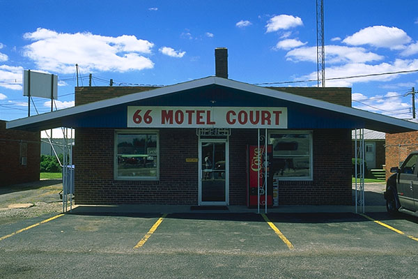 An old-style Motor Court<br>Litchfield, Illinois: Litchfield, Illinois, United States of America : Motels and Motor Courts.