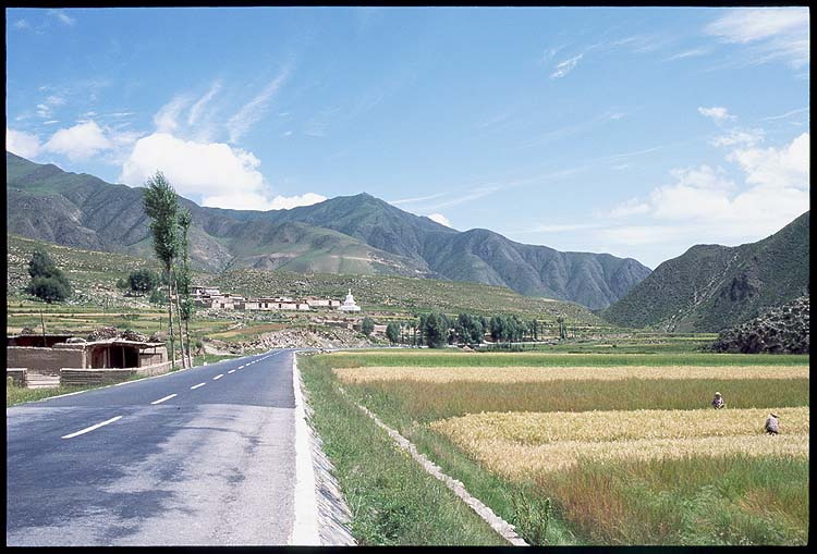 Farmers and monasteries: Xiahe to Linxia, Gansu, People's Republic of China : Landscapes; Spoke and Saddle attractions.