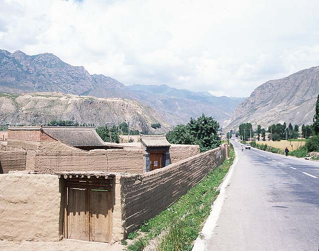 The simplicity of mud brick.: Xiahe to Linxia, Gansu, People's Republic of China : Landscapes; Spoke and Saddle attractions.